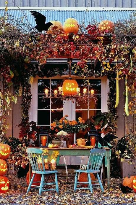 37. Linda decoração para Halloween com muitos arranjos de flores, velas e abóboras – Foto: Pour la Maison