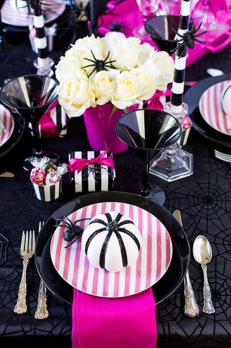 39. Linda decoração para mesa de festa de Halloween em tons de rosa e preto e com pequeno arranjo de rosas brancas – Foto: Elle Decor