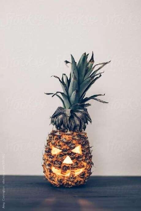 7. Na falta de uma abóbora que tal fazer um Jack O' Lantern utilizando um abacaxi? – Foto: Pinterest