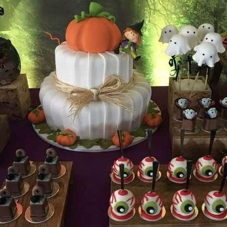 42. Docinhos e lindo bolo personalizado para festa de Halloween – Foto: Família Brigadeiros