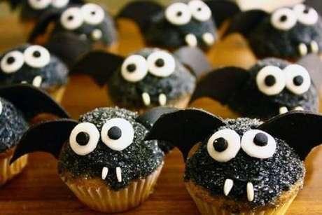 44. Docinhos personalizados em formato de morceguinhos para festa de dia das bruxas – Foto: We Heart It