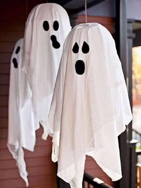 47. Fantasmas feitos de lençóis são enfeites de Halloween presentes em todas as festas – Foto: Yandex