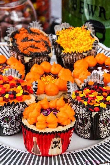 51. Que tal investir em caveiras mexicanas para a decoração de Halloween? Fica lindo e bem colorido – Foto: Amother Thing