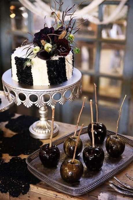 53. Festa de Halloween decorada com galhos secos e flores escuras sobre o bolo – Foto: Pink Peppermint Design