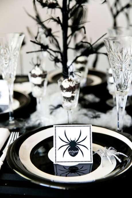 54. A festa de Halloween com decoração preta e branca fica bem sofisticada – Foto: Pinterest