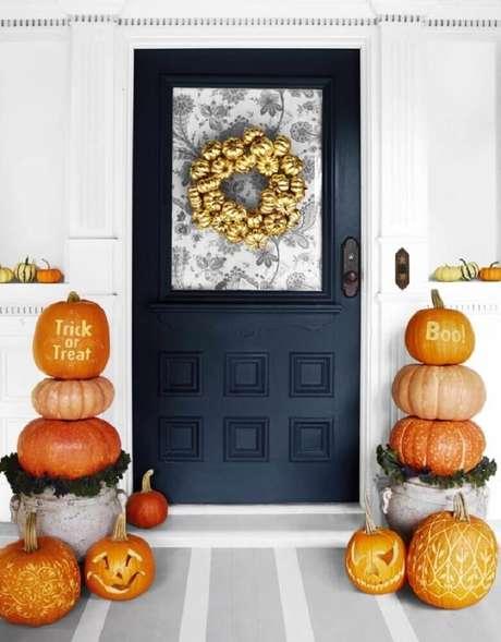 55; Frente de casa com decoração para Halloween – Foto: Archzine