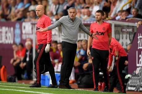 O técnico José Mourinho à beira do campo em jogo do Manchester United