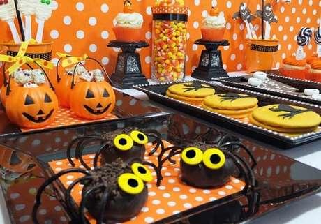 61. Invista em potinhos com formato de Jack O' Lantern para decoração da mesa de dia das bruxas – Foto: Amy Atlas Blog