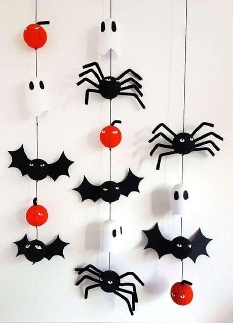 63. Que tal fazer um móbile com morceguinhos e fantasminhas para a decoração de Halloween – Foto: Pinterest
