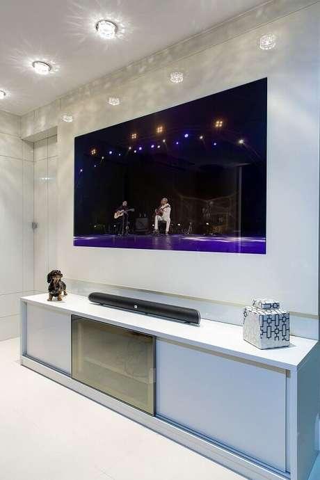 9- O rack com painel para quarto é ideal para quem possui uma tv de até 50 polegadas. Fonte: Milla Holtz