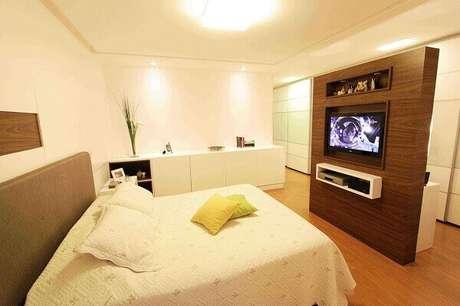1- Painel para quarto de casal com nicho branco para acomodar equipamentos eletrônicos. Fonte: Lorrayne Zucolotto