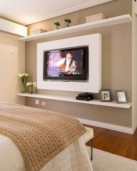 61- A decoração moderna tem painel para tv e prateleiras brancas. Fonte: Pinterest