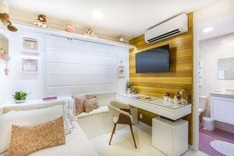 2- O painel de tv para quarto em madeira aparente tem escrivaninha embutida. Fonte: Bordin & Soares