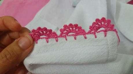 56. Pano de prato branco com bico de crochê rosa. Foto de Helena Gonçalves