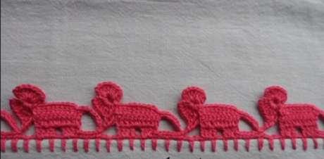 39. Pano de prato com bico de crochê em formato de elefantes. Foto de Big Tudo Artesanato