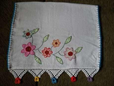 33. Pano de prato com florzinhas de tecido e bico de crochê com flores coloridas nas pontas. Foto de Artes da Cata
