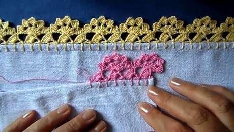 59. Panos de prato brancos com bico de crochê rosa e amarelo. Foto de Maria Cecilia dos Santos
