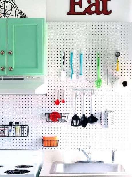4. A placa perfurada é um ótimo modelo de revestimento para cozinha que também serve como organizador