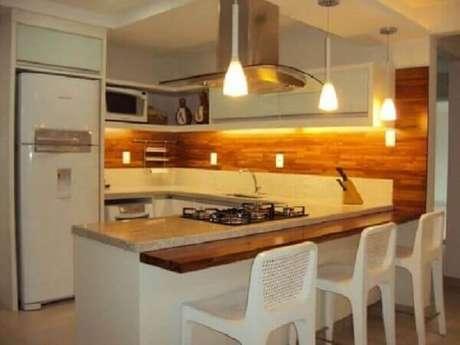 50- O revestimento amadeirado para cozinha planejada decora com sofisticação e elegância o ambiente. Fonte: Casa e Construção