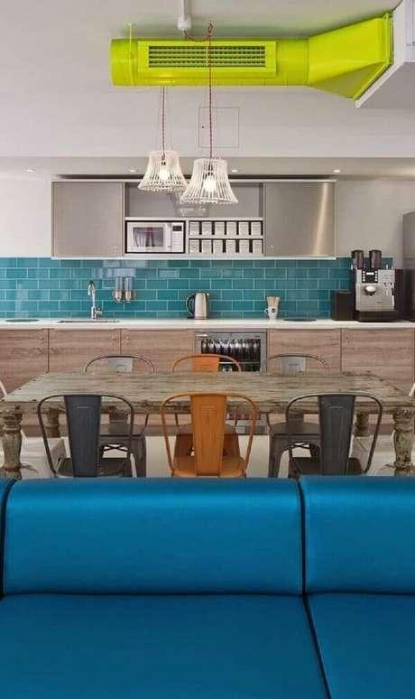 51- O revestimento para a cozinha azul complementa a decoração. Fonte: Pinterest