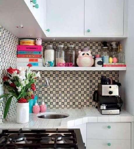 52 – A cozinha pequena é decorada com prateleira branca e azulejos estampados. Fonte: Pinterest