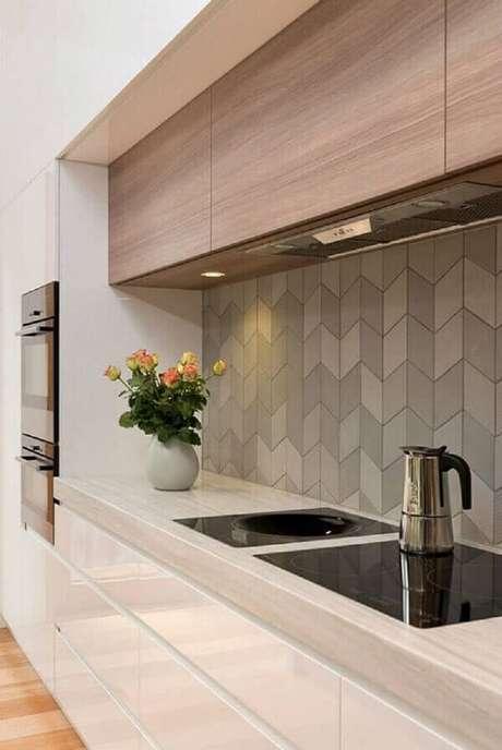 55- O revestimento para cozinha cinza na parede deixa o ambiente com um visual elegante e moderno. Fonte: Pinterest