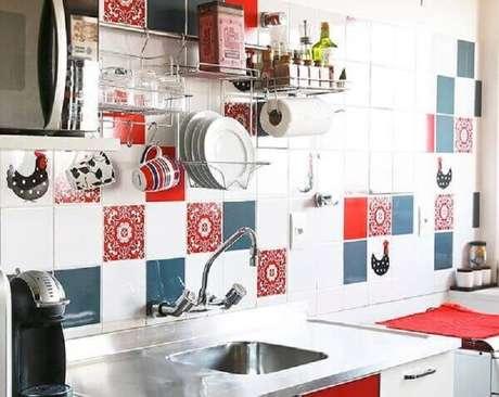 56- A cozinha foi decorada com revestimentos coloridos para levar estilo e charme ao ambiente. Fonte: Pinterest