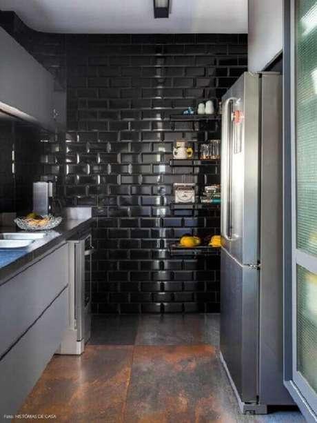 57- A cozinha foi decorada com azulejo preto e moderno. Fonte: Histórias de Casa