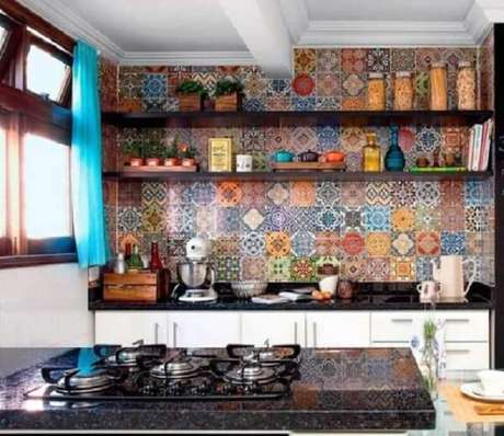 59- Ladrilho hidráulico decora a parede de cozinha simples. Fonte: Casa e Construção