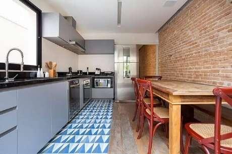 61- A parede de tijolinhos é ideal para decoração de cozinhas grandes e modernas. Fonte: Blog da Decoração