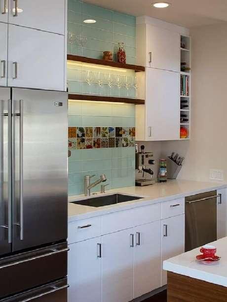 63- Na parede de cozinha pequena foi utilizada a pastilha na cor azul claro retangular. Fonte: Tudo Construção