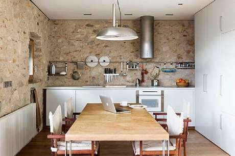 65- A pedra é um ótimo revestimento para cozinha com decoração rústica. Fonte: ConstruindoDecor