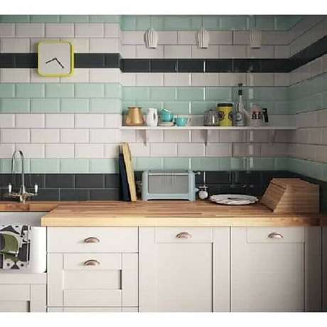 69- O revestimento para cozinha em cores diferentes deixa o ambiente sofisticado. Fonte: Pinterest