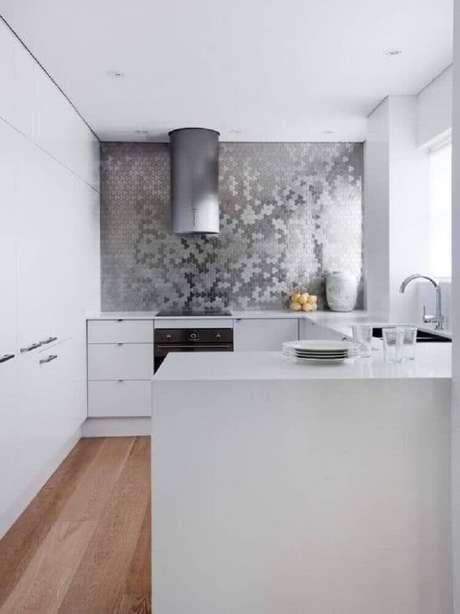 38. Utilizar o revestimento para cozinha com acabamento metálico oferece um ambiente mais moderno e contemporâneo