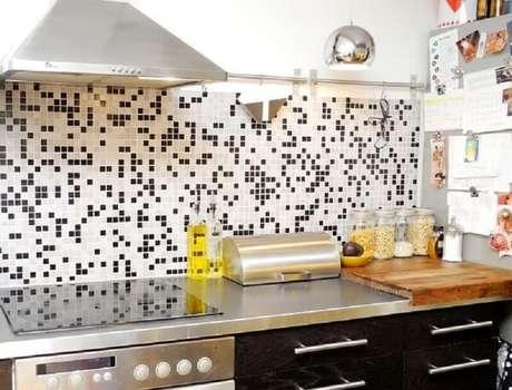 75- Pastilhas em preto e branco na parede da cozinha gourmet. Fonte: todaCASA Gesso e Iluminação – Sonorização e drywall