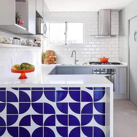 45. O azulejo de metrô fica lindo como revestimento para cozinha