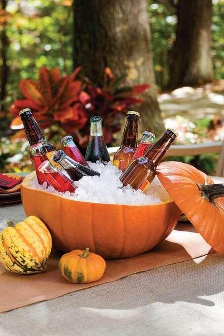 68. Uma abóbora bem grande pode virar suporte para bebidas na sua festa de Halloween – Foto: Southern Living