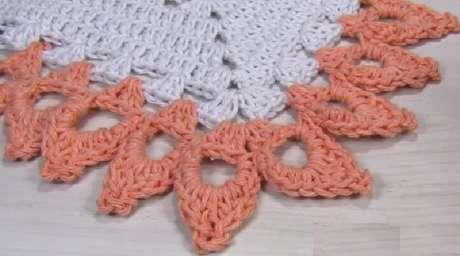 38. Tapete branco com bico de crochê rosa. Foto de Big Tudo Artesanato