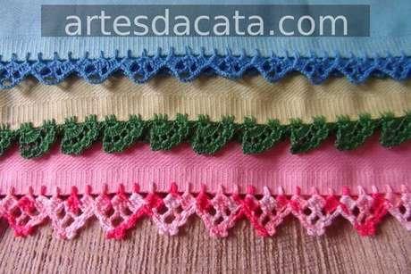 9. Toalhas com bico de crochê simples coloridos combinando com a cor das peças. Foto de Artes da Cata