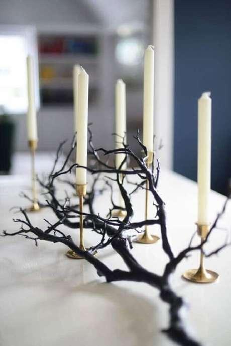 71. Uma ótima ideia de decoração para Halloween é utilizar galhos secos e castiçais com velas – Foto: Easyday