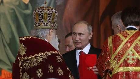 Vladimir Putin durante celebração na catedral ortodoxa de Moscou; presidente russo tenta fortalecer a religião na identidade do país