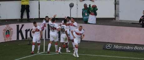 Jogadores comemoram gol de Donis (Foto: Reprodução / Twitter)