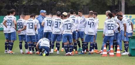 Felipão conversa com os jogadores antes de treino na Academia de Futebol (Foto: Cesar Greco)