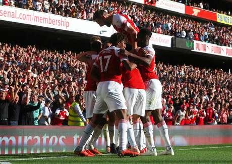 Jogadores do Arsenal comemoram o segundo gol