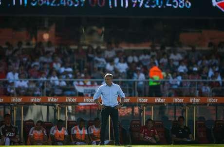 O técnico do São Paulo, Diego Aguirre, comandando o time contra o América-MG