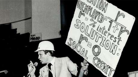 As tentativas de entrar para a política começaram em 1975. Cansado de enfrentar problemas com a polícia por conta de jogos clandestinos que organizava, decidiu concorrer ao Parlamento com a proposta de legalizar os jogos de azar