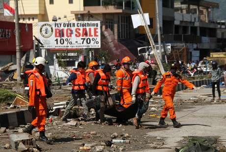 Equipe resgata corpo em Palu, uma das cidades mais atingidas