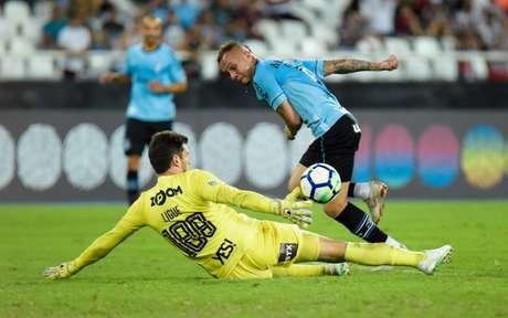 Everton foi o autor do gol da vitória do Grêmio (Foto: Thiago Ribeiro / AGIF)