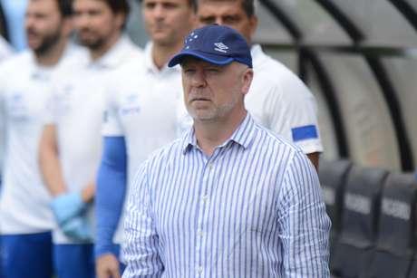 O técnico Mano Menezes, comandando o Cruzeiro à beira do campo