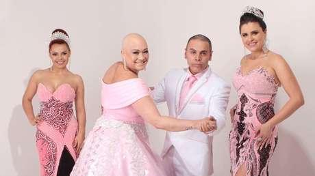 Edson Eddel e algumas modelos com vestidos da coleção Outubro Rosa